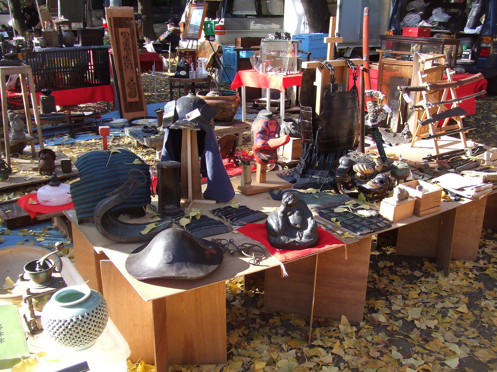 Antique flea markets at temple grounds broke tourist for Antique marketplace